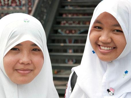 Lachende schoolkinderen op Java