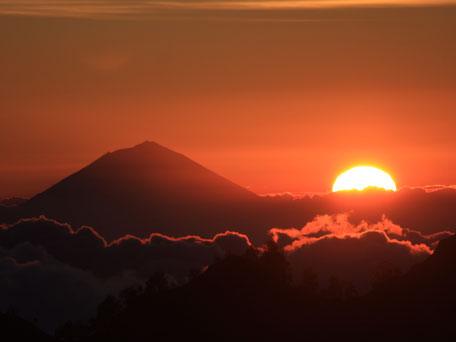 Zonsondergang met uitzicht op de Agung vulkaan Bali