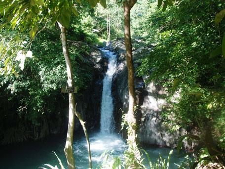 Een van de vele watervallen van de groene omgeving van Sambangan secret garden