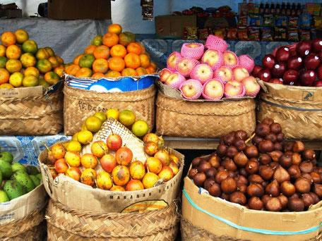 Kleurrijke fruitmarkt in Indonesie