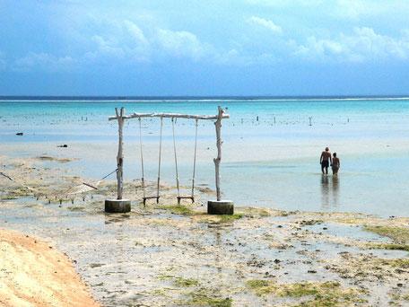Schommels met turquoise blauw water van Nusa Ceningan