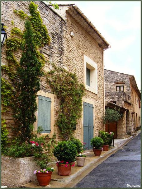 Ruelle et pas de porte fleuri - Goult, Lubéron - Vaucluse (84)