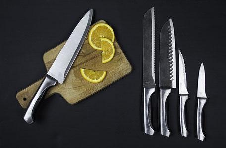 Küchenausrüstung: Messerset mit Schneidplatte