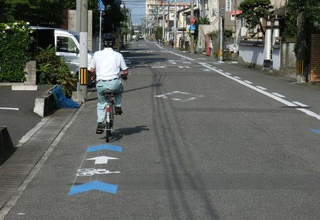 大分市自転車誘導サイン進行方向右側に路側帯がある場合