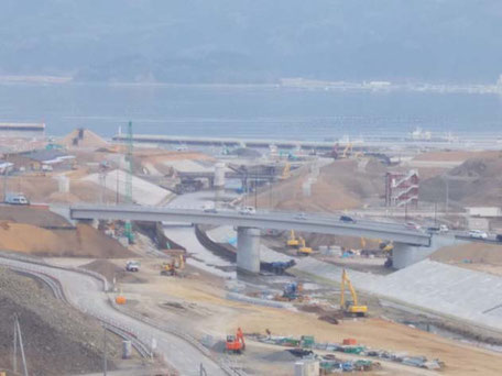 H29年4月の南三陸町。道路が作られ、川を渡る橋が作られました。