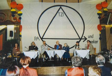 Die Abschlussdiskussion am IAT 1994, am Podium: Angelika Rubner, Ingo Rath, Matthias Scharer, Karl Horst Wrage, Ruth Cohn, Beate von Busch, Elisabeth Gores-Pieper