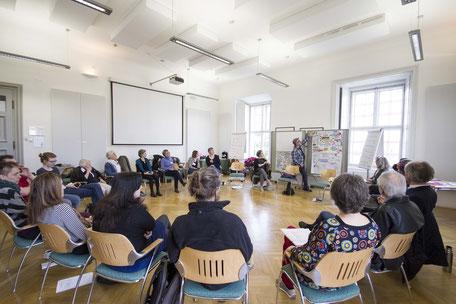 Großer Sitzkreis in einem Workshop