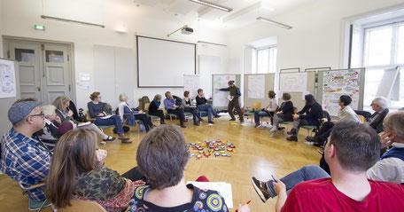 Gruppenbild mit Stuhlkreis in einem TZI Workshop
