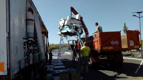 camion grue en train de charger la fraiseuse numérique 3D aeromod