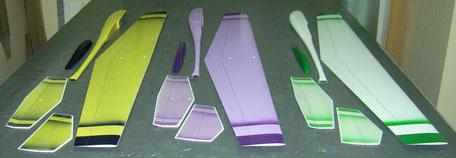 extrados de 3 planeurs coquillajs Aeromod jaune-bleu foncé, violet-violet et blanc-vert