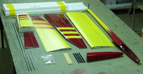 planeur Miraj Aeromod démonté sur une table, de couleur jaune rouge