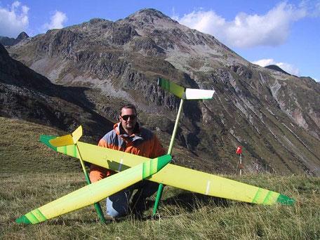 Alexis Marechal présente un miraj et un prodij Aeromod, les deux sont jaunes et verts