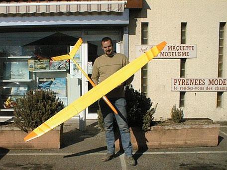 Alexis avec un planeur miraj Aeromod en 1999 devant le magasin pyrénées modèles à Toulouse