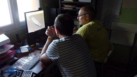 Alexis Marechal d'Aeromod et Laurent Fouga de Frelon CNC travaillent sur un ordinateur qui présente un master d'aile de windfoil