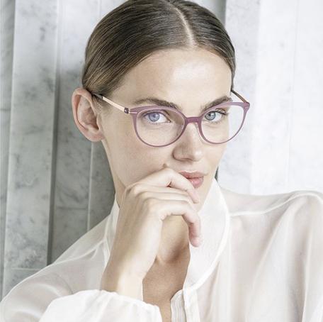 Frau mit Silouette Brille