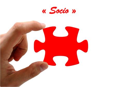 Main gauche tenant une pièce de puzzle rouge