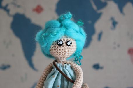 personnage au crochet, madelaine, exploratrice aux cheveux bleus, produit unique, artisanat français fait main à Limoges