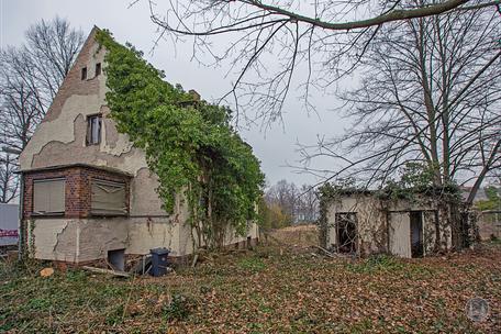 Berlin Lichtenrade Lichtenrader Damm verlassenes Haus Ruine Gartenseite Gesamtsituation