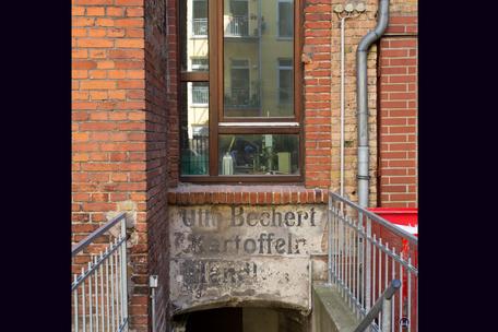 Gewerbehof Körtestraße 10. Alte Inschrift: Kartoffelhandlung Otto Bechert.