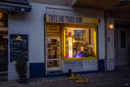 Tinte und Toner SHop, Tempelhofer Damm Berlin. Laden mit dem Gummistiefeln davor.