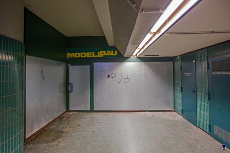 Das Ensemble U - Bhnhof Schloßstraße. Ehem. Zugang zum Spielwarengeschäft im Untergeschoss.