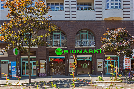Berlin, Kreuzberg, Bruno Taut, Wohn- und Geschäftshaus, Kottbusser Damm 2 -3, heutiger Zustand, ehemalige Kinoeingänge, Biomarkt