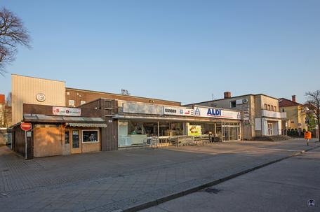 Bismarck - Lichtspiele, Zescher Straße in Lichtenrade. Frontansicht des ehemaligen Kinos und der Supermarktzeile vor dem Abbruch.