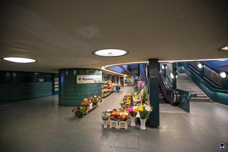 Das Ensemble U - Bahnhof Schloßstraße. Blumenladen im Verteilergeschoss.