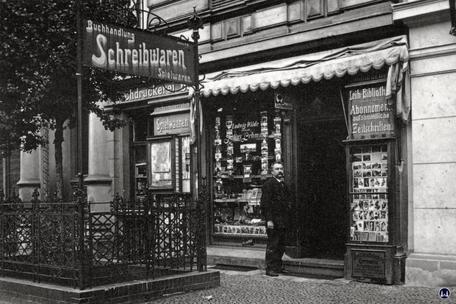 Ludwig Wilde Buchhandlung. Kreuzberg, Körtestraße.  Ansicht des Landens in der Fichtestraße um 1920.