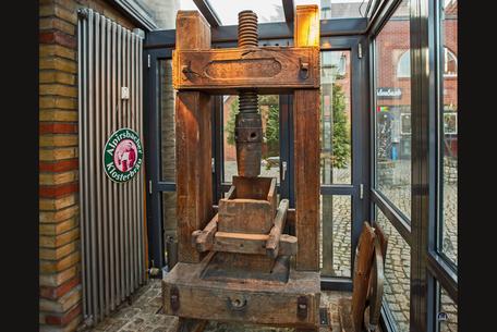Berlin Speisenmeisterei Wiesenstein Jungfernmühle alte Presse im Eingangsbereich