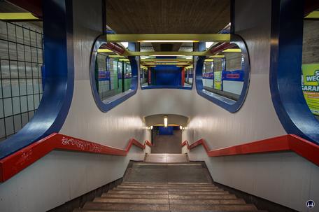 Das Ensemble U - Bahnhof Schloßstraße.Treppenabgang von der Bahnsteigmitte zum Untergeschoss Richtung Osloer Straße.