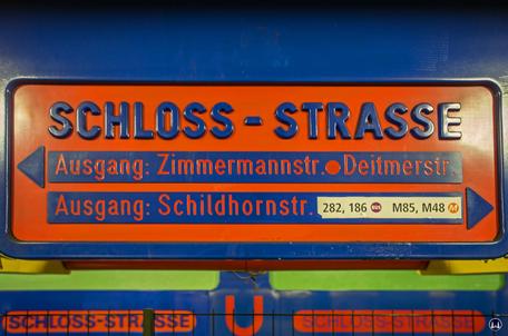 Das Ensemble U - Bahnhof Schloßstraße. Hinweisschild im Round- Edge - Design und in den Farben der Endsiebziger.