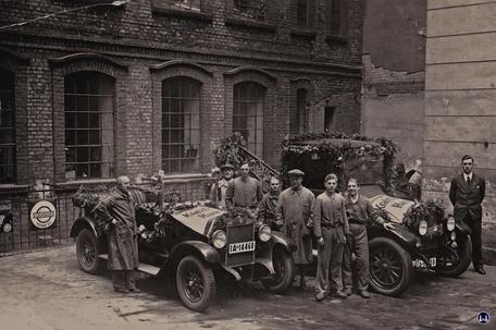 Gewerbehof Körtestraße 10. Autowerkstatt Ferrum mit den Mitarbeitern und dem Chef Heinrich Pirz.