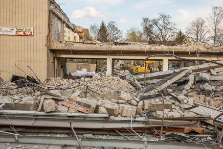 Bismarck - Lichtspiele, Zescher Straße in Lichtenrade. Frontansicht des ehemaligen Kinos und der Supermarktzeile während des Abbruchs. Detailansicht.