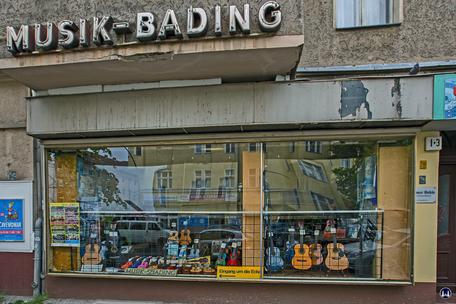 Musikhaus Bading in Berlin - Neukölln, Karl - Marx - Straße. Schaufenster Thomasstraße.