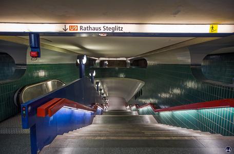 Das Ensemble U - Bahnhof Schloßstraße. Treppenabgang zum Bahnsteig in Richtung Rathaus Steglitz.