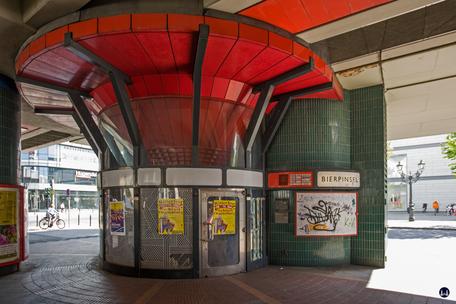 Das Ensemble U - Bhnhof Schloßstraße. Aufzugsanlage von der Oberfläche zum Bierpinsel.