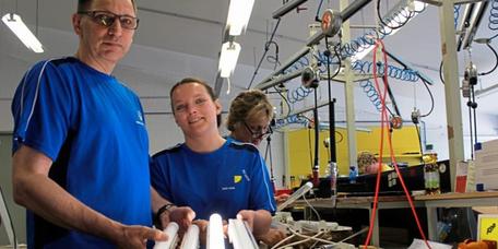 Im wahrsten Sinne für Erleuchtung sorgt die Firma Stakolux aus Papenburg mit den beiden Geschäftsführern Jörg Steinmetz und Annett Jerke. Foto: Christian Belling