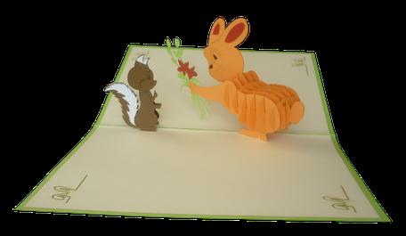 Carte Pop-Up lapin et Ecureuil - carte kirigami Lapin offrant un bouquet de fleurs à un écureuil