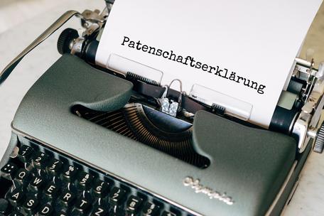 Link zum download einer Patenschaftserklärung. Das Bild zeigt eine alte Schreibmaschine und das Wort Patenschaftserklärung.
