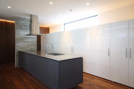 冷蔵庫が壁面収納に収納されています。