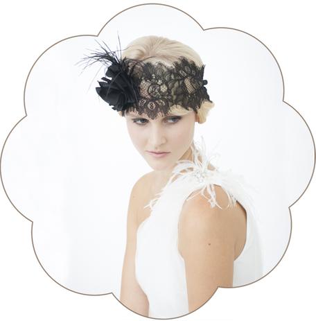 Haarschmuck 20er Jahre Haarband aus Spitze mit einer Seidenblüte und Federn. Black Headpiece. 20ies Gatsby Style.