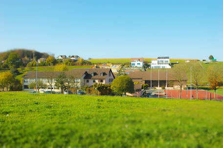 Die Schule Warth-Weiningen liegt zentral zwischen den beiden Dörfern Warth  und Weiningen