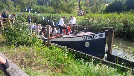 """Das altes Treidelschiff """"Elfriede"""", das von Kaltblüter Florian gezogen wird – kurz vor Neumarkt"""