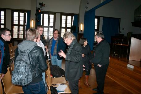 Dietrich Garstka im Gespräch mit Schülern