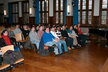 Schüler und Lehrkräfte lauschen gebannt dem Vortrag von Dietrich Garstka