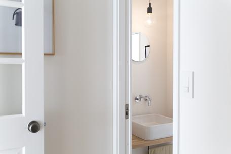 トイレ:鏡や照明でアクセントを