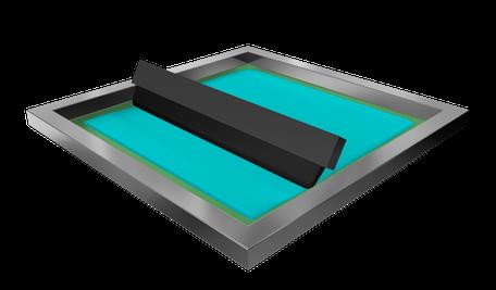 Die Druckrakel presst die Farbe durch die offenen Maschen im Sieb auf den Druckbogen