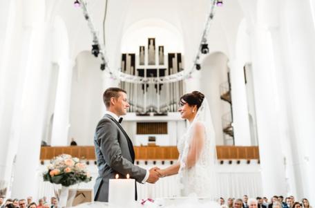 Ein Paar lässt sich in der Eventkirche Essen trauen.