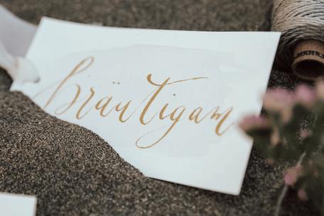 """Ein Brief trägt die goldene Aufschrift """"Bräutigam""""."""